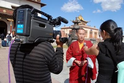 Una volontaria conduce un'intervista a Ulan Bator