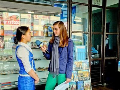 Una volontaria del progetto di giornalismo durante le riprese in Mongolia