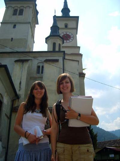 Volontarie del progetto di giornalismo girano la città di Brasov per raccogliere notizie