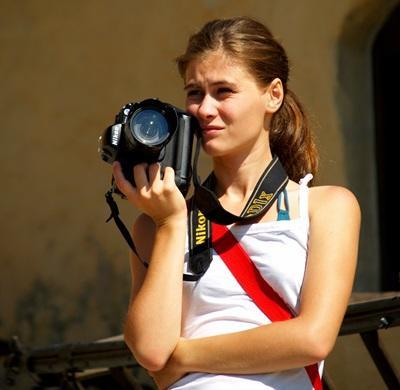 Una volontaria prepara materiale fotografico in Romania