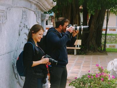 Volontari del progetto di giornalismo scattano foto in Vietnam