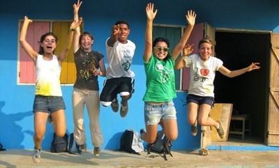 I volontari davanti ad una scuola pitturata da loro durante il loro anno sabbatico