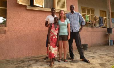 Una volontaria in Gap Year in posa con la famiglia ospitante.