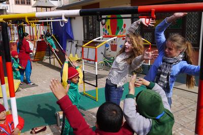 Due volontarie nelle scuole in Nepal organizzano attività ludiche con i bambini