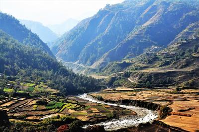 Panorama di un fiume circondato da montagne poco distante da Kathmandu