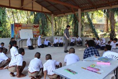 Un volontario di Projects Abroad durante una lezione di inglese in Thailandia