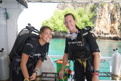 Due volontarie per la tutela dei fondali marini in Thailandia si preparano ad immergersi