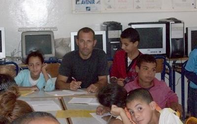 Un volontario con una classe nel progetto di insegnamento dell'informatica in marocco.