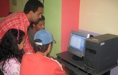 Un volontario impegnato nell'insegnamento dell'informatica in una classe in Marocco
