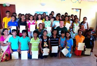 I volontari con la loro classe del progetto di insegnamento dell'informatica a Pandura