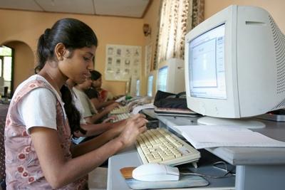 Una studentessa durante il corso di informatica a Pandura, Sri Lanka