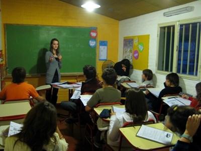 Una volontaria con gli alunni del progetto di insegnamento in Argentina
