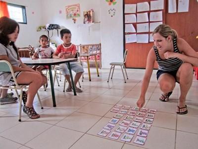 Un volontario insegna a scrivere ad una classe a Cordoba