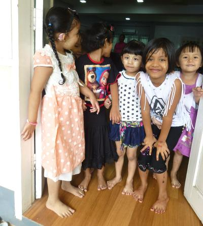 Le giovani studentesse del monastero di Dala in posa