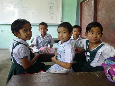 In Birmania i piccoli studenti del monastero di Dala si preparano per una lezione