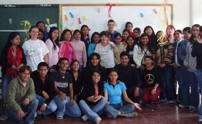 Un gruppo di volontari con una classe in Bolivia