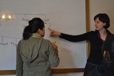 Una volontaria insegna ad una bambina a scrivere per il progetto di insegnamento in Bolivia