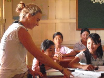 Volontaria impegnata nel progetto di insegnamento in Cambogia durante una lezione