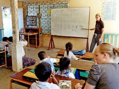 Una volontaria con gli alunni del progetto di insegnamento in Cambogia