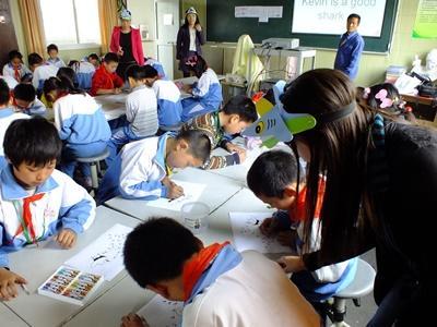 Un volontario durante le attività con gli alunni in Cina