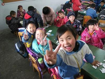 I bambini del progetto di insegnamento in Cina