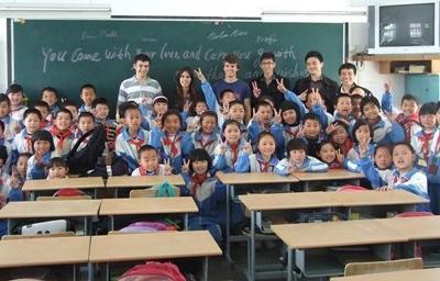 Una classe assieme ai volontari del progetto di insegnamento in Cina