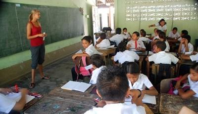 Una volontaria insegna ad una classe di bambini in Costa Rica