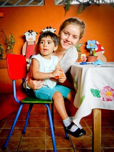 Una volontaria segue una bambina per il progetto di insegnamento in Costa Rica