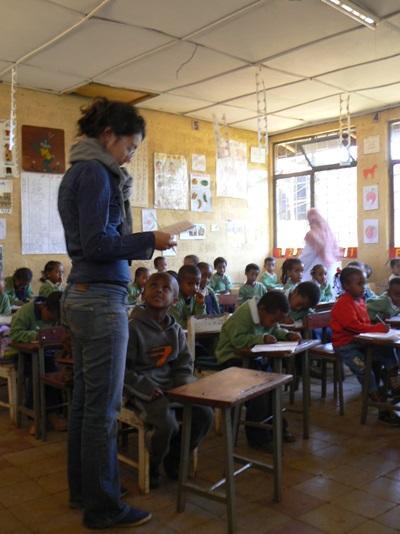 Una volontaria in una classe aderente al progetto di insegnamento in Etiopia
