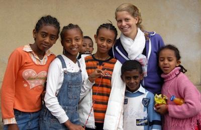 Una volontaria con un gruppo di alunni del progetto di insegnamento in Etiopia