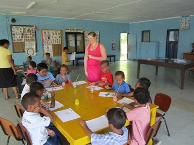 Una volontaria insegna in una classe che aderisce al progetto di volontariato in insegnamento alle Fiji