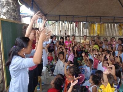 Alcune alunne del progetto di insegnamento alle Filippine durante un momento ricreativo