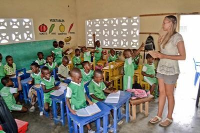 Una volontaria con la sua classe durante il progetto di insegnamento in Ghana