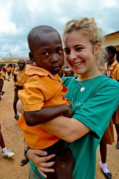 Una volontaria assieme ad uno scolaro del progetto di insegnamento in Ghana
