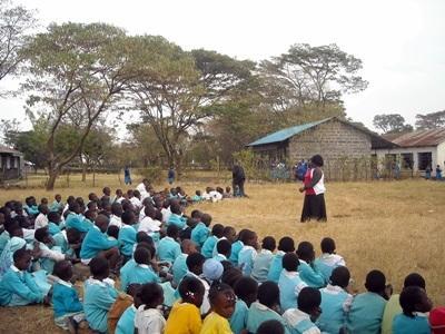 Alunni del progetto di volontariato in insegnamento durante lo svolgimento delle quotidiane attività didattiche in Kenya