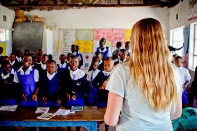 Una volontaria con la sua classe durante il progetto di insegnamento in Kenya