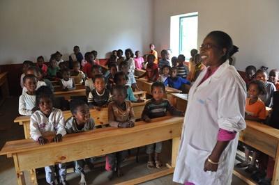 Un'insegnante e i suoi bambini in una scuola locale in Madagascar