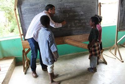 Un membro dello staff di Projects Abroad insegna lingue in una scuola in Madagascar, Africa