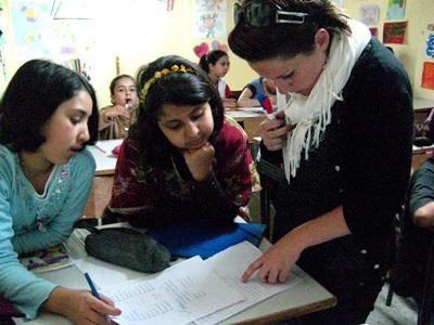 Un volontario svolge attività didattiche per il progetto di insegnamento in Marocco
