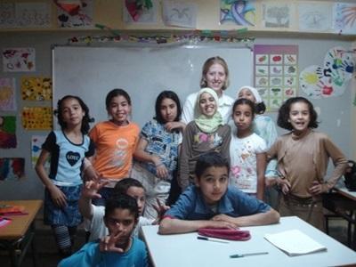 Una volontaria con la sua classe durante il progetto di insegnamento in Marocco