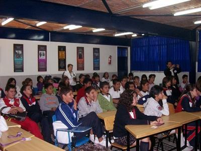 Alunni del progetto di volontariato in insegnamento durante lo svolgimento delle quotidiane attività didattiche in Messico