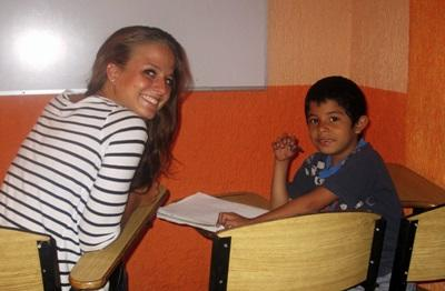 Una volontaria assieme ad uno scolaro del progetto di insegnamento in Messico