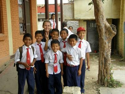 Una volontaria con la sua classe durante il progetto di insegnamento in Nepal