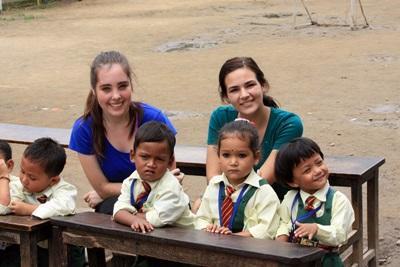 Due volontarie con i bambini del progetto di insegnamento in Nepal