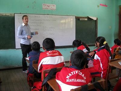 Un volontario svolge attività didattiche per il progetto di insegnamento in Perù
