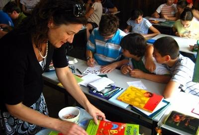 Una volontaria con i propri alunni durante le attività didattiche del progetto di insegnamento in Romania