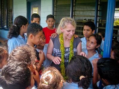 Una volontaria con la sua classe durante il progetto di insegnamento alle Samoa