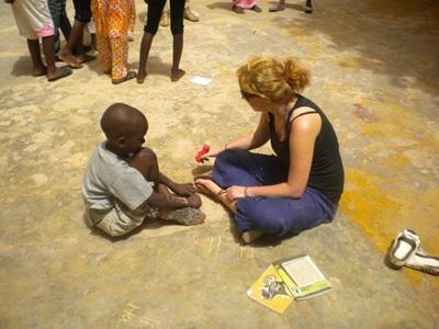 Una volontaria assieme ad uno scolaro del progetto di insegnamento in Senegal