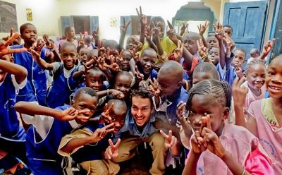 Un volontario del progetto di insegnamento con una classe di alunni in Senegal