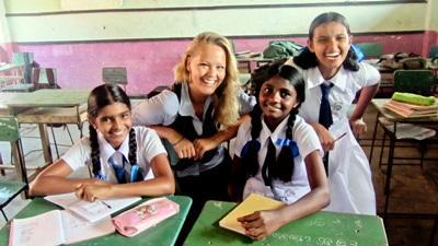 Una volontaria con i propri alunni durante le attività didattiche del progetto di insegnamento in Sri Lanka